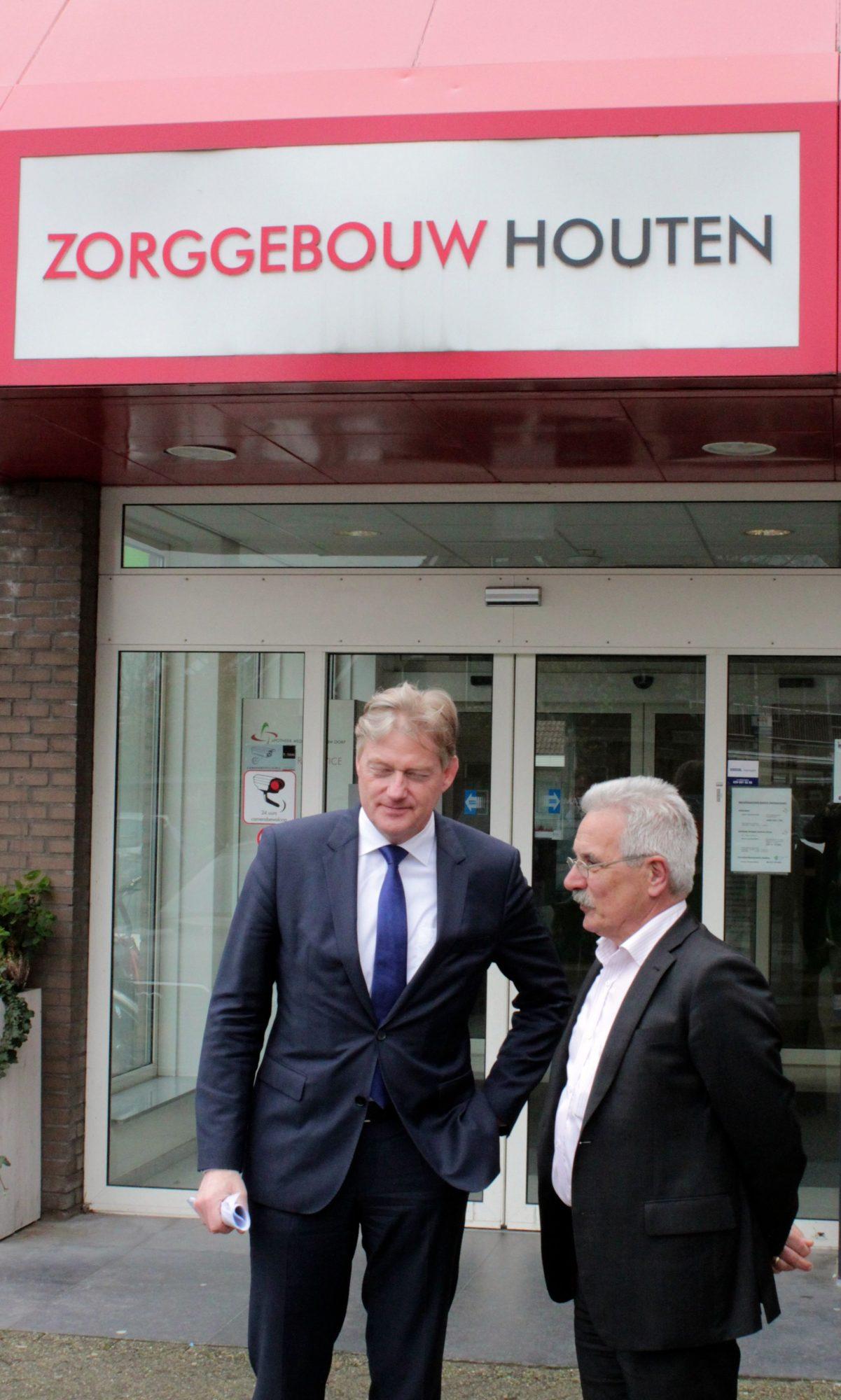 Arnold Biesheuvel heet Martin van Rijn welkom bij het Medisch Centrum Dorp