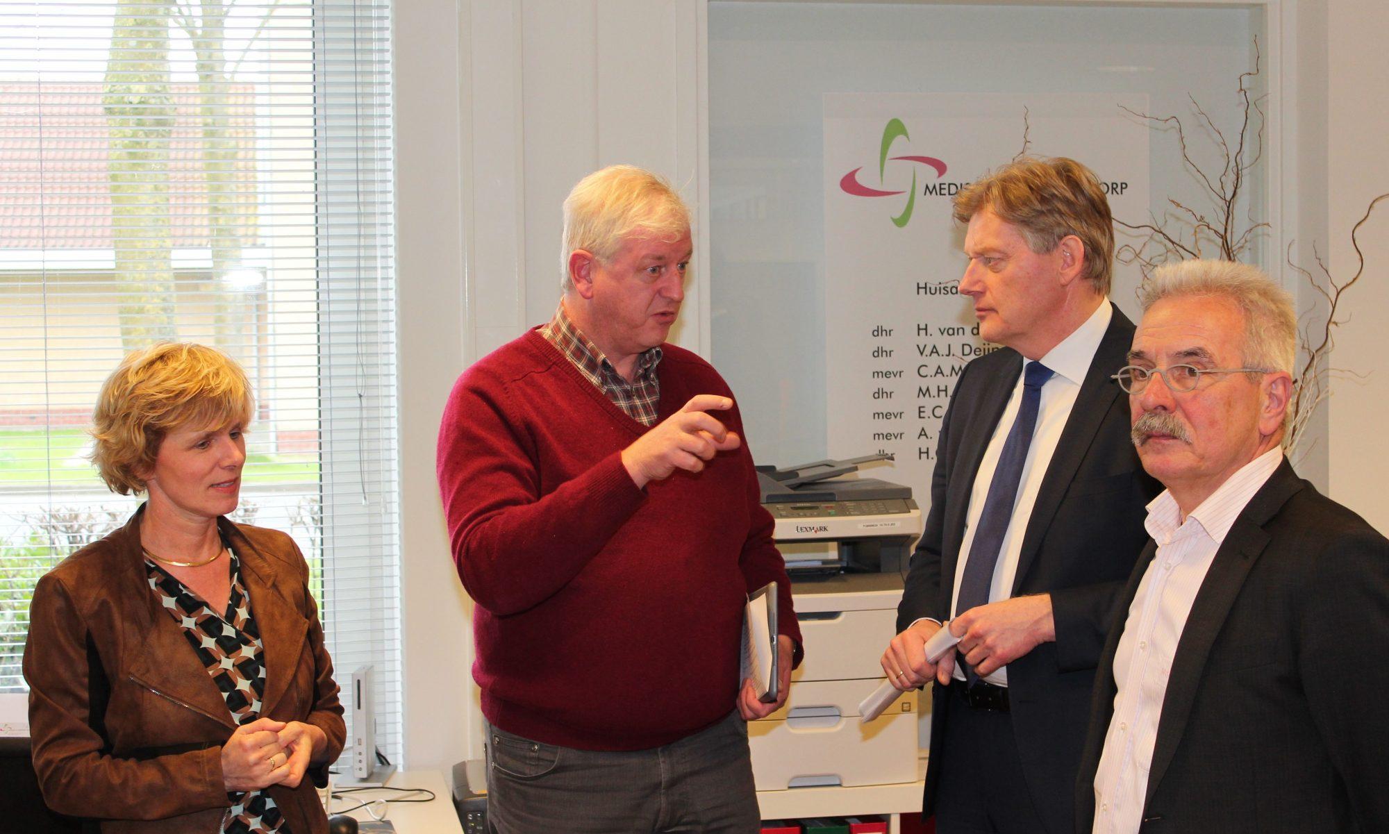 Huisartsen De Goede en van Assems leiden Martin van Rijn rond